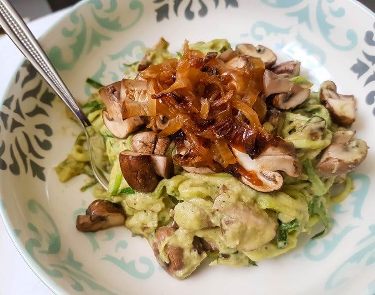 Vegan Zoodles with super creamy Avo-Nut-Mushroom Sauce {www.dasweissevomei.com}