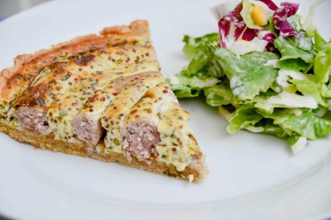 Bratwurst Torte - Quiche mit körnigem Senfguss und Bratwurst {www.dasweissevomei.com}