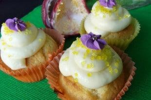 Lilikoi Cupcakes mit Passionsfrucht Füllung {www.dasweissevomei.com}
