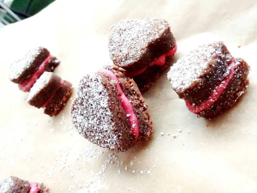 Super-Schokoladige Fudge Brownies mit Himbeerbuttercreme {www.dasweissevomei.com}