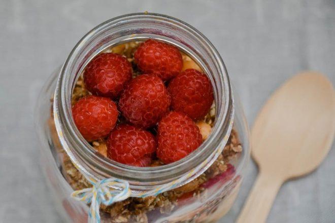 Mein Lieblings Granola mit Joghurt und frischen Früchten {by www.dasweissevomei.com}
