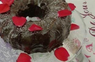 Bester Schokoladengugelhupf - saftiger Schokoladenkuchen mit Ganache Glasur {www.dasweissevomei.com}