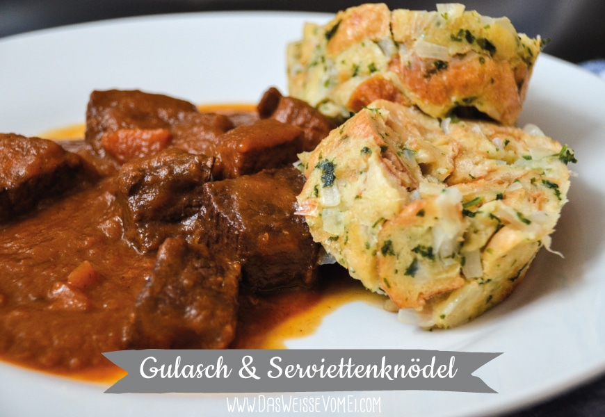 Gulasch & Serviettenknödel {www.dasweissevomei.com}