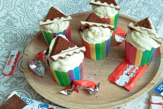 Kinderschokoladen Cupcakes mit Milchschnitte Frosting {www.dasweissevomei.com}
