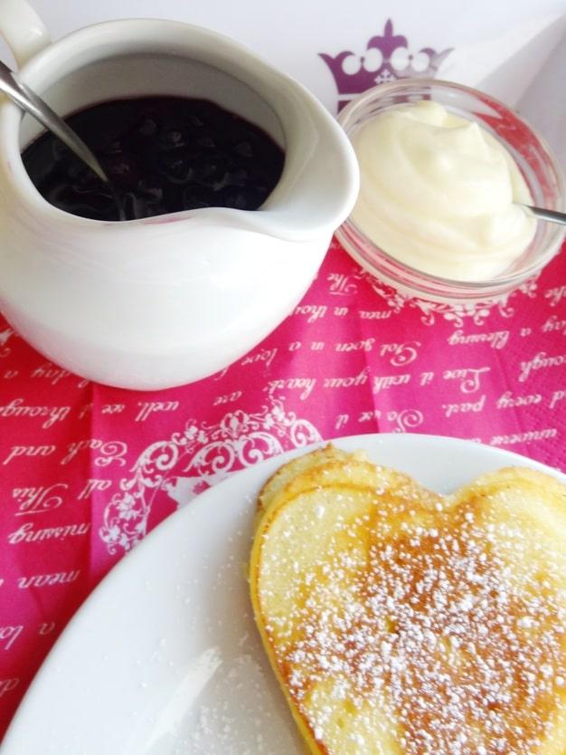Buttermilch-Pancakes mit Blaubeersauce und süsser Frischkäsecreme {www.dasweissevomei.com}