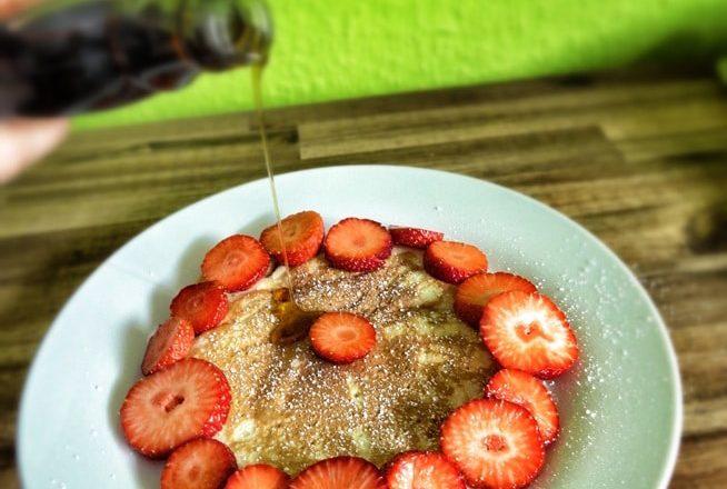 Pancakes m. Sirup - 1-Schüssel Pancakes {www.dasweissevomei.com}