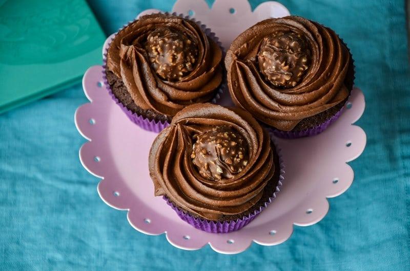 Schokoladen Cupcakes mit Rocher und Nutella Füllung {www.dasweissevomei.com}