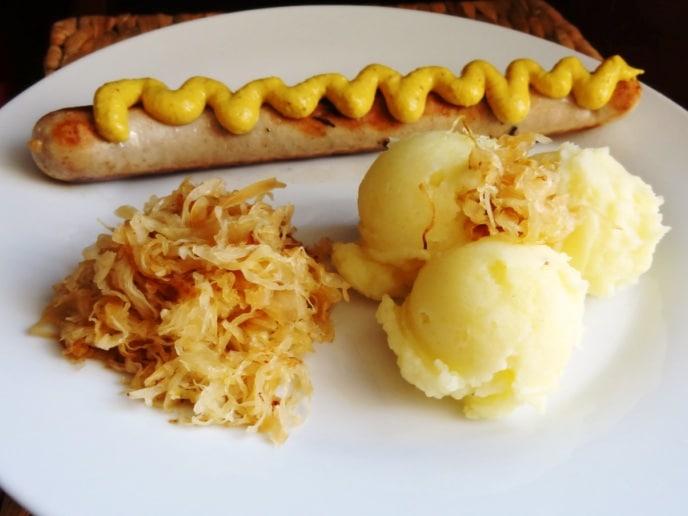 Karamellisiertes Sauerkraut mit Bratwurst und Püree {www.dasweissevomei.com}