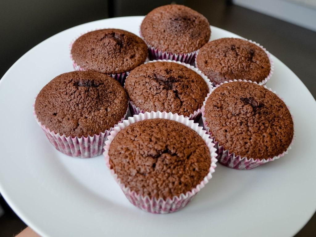 Ultimative Schokoladen Cupcakes mit fluffigem Vanille Frosting {www.dasweissevomei.com}