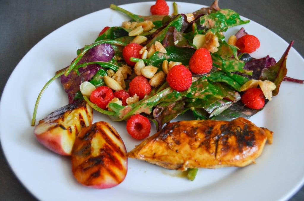 Sommer Salat mit Hähnchenbrust, Himbeer Vinaigrette und gegriltem Pfirsich {www.dasweissevomei.com}