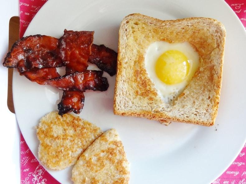 Spiegelei im Toastnet und karamelisierter Bacon {www.dasweissevomei.com}